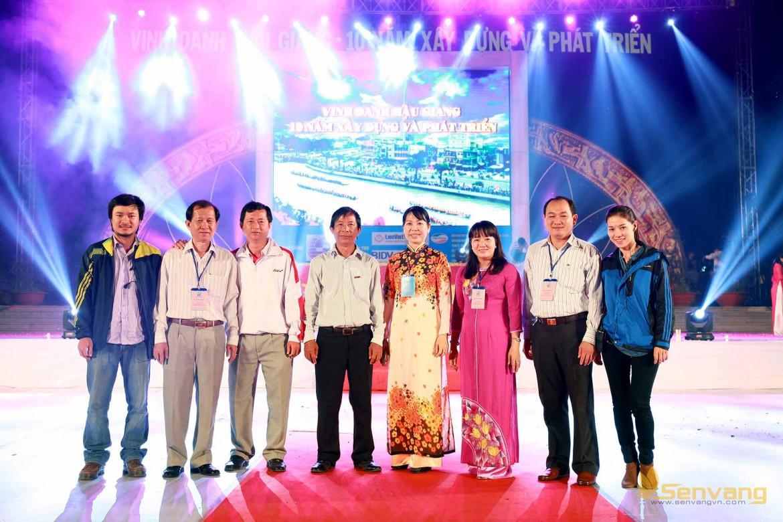 Ekip thực hiện chương trình công ty Sen vàng  chụp hình lưu niệm cùng ban lãnh đạo tỉnh Hậu Giang