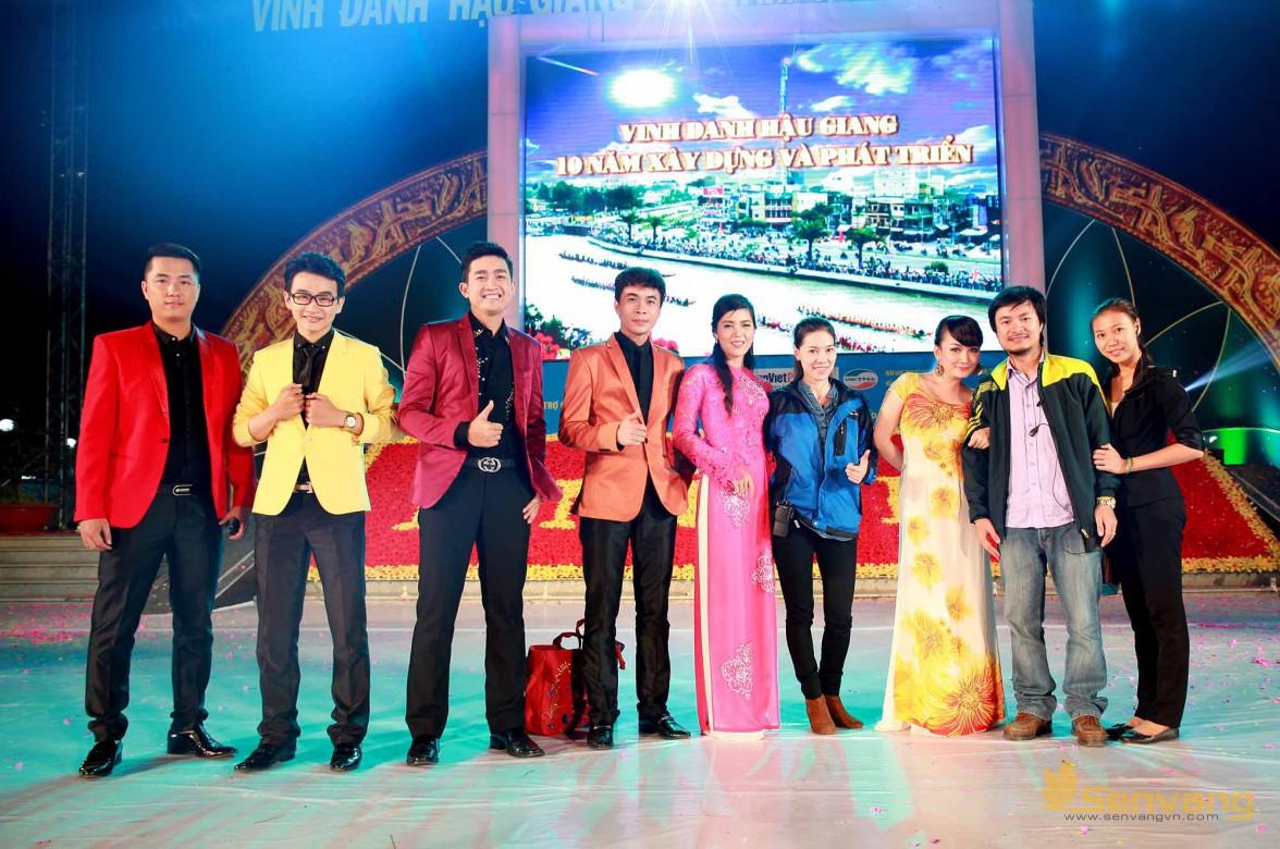 Ekip thực hiện chương trình công ty Sen vàng  chụp hình lưu niệm cùng các ca sĩ, nghệ sĩ