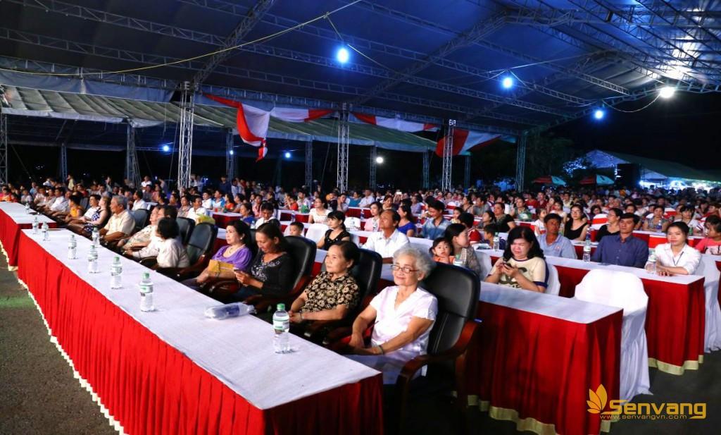 Ngay trước khi lên sóng trực tiếp, toàn khu sân khấu chính đã tập trung đông đúc khán giả trong sự vui tươi hào hứng mong đợi.