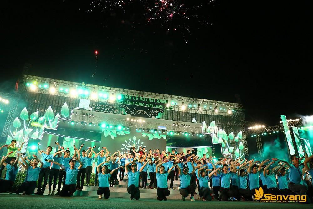 Tiết mục nghệ thuật kết thúc chương trình - bài hát Về đây bên nhau (Sáng tác: Nguyễn Dũng – Xuân Nghĩa) được dàn dưng hoành tráng với các ca sĩ, vũ công, đặc biệt là các người đẹp Hoa khôi đồng bằng 2015 và 200 sinh viên đại diện cho thế hệ trẻ Đồng bằng Sông Cửu Long