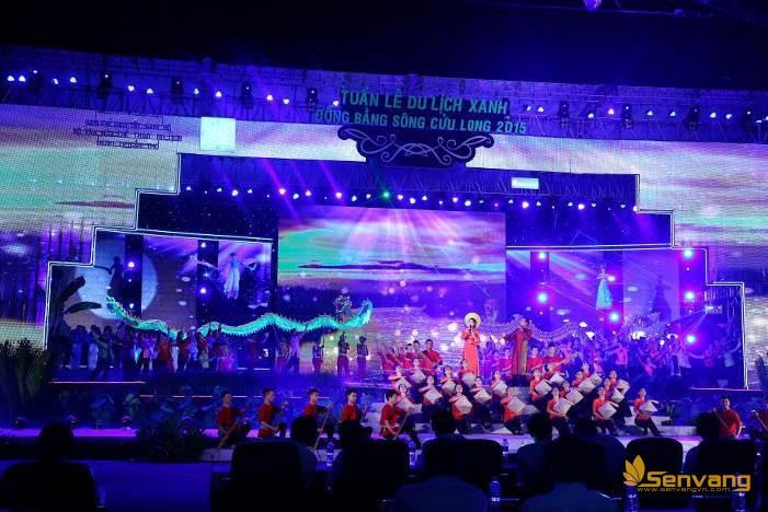 """NSƯT Tạ Minh Tâm, Thụy Vân & Dàn hợp xướng cùng phần minh họa của các vũ đoàn  mở đầu cho chương trình bằng liên khúc """"Cửu Long mùa tụ hội - Trường ca Mekong"""""""