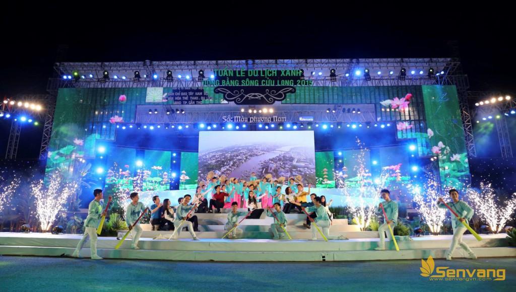 """Ca khúc mở màn """"Đất và người miền Tây"""" của nhạc sĩ Lê Nghiệp được dàn dựng công phu, đậm chất miền Tây được thể hiện với nhóm THTH và Vũ đoàn Sắc Màu, mang lại ấn tượng ngay từ những giây phút đầu tiên của chương trình."""