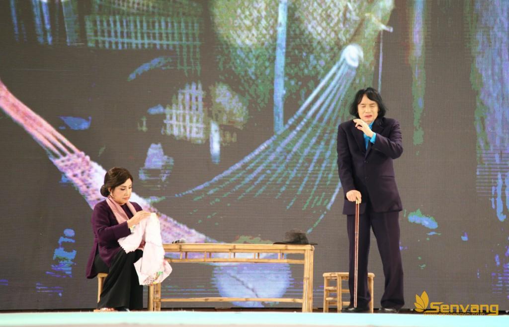 """NSND Lệ Thủy và NSƯT Minh Vương thể hiện lại trích đoạn kinh điển """"Tô Ánh Nguyệt"""" đã gắn bó với hai nghệ sĩ mấy thập kỉ qua trên sân khấu cũng như đã quen thuộc với đông đảo khán giả miền Tây nhưng vẫn mang lại cảm xúc lắng đọng cho khán giả."""