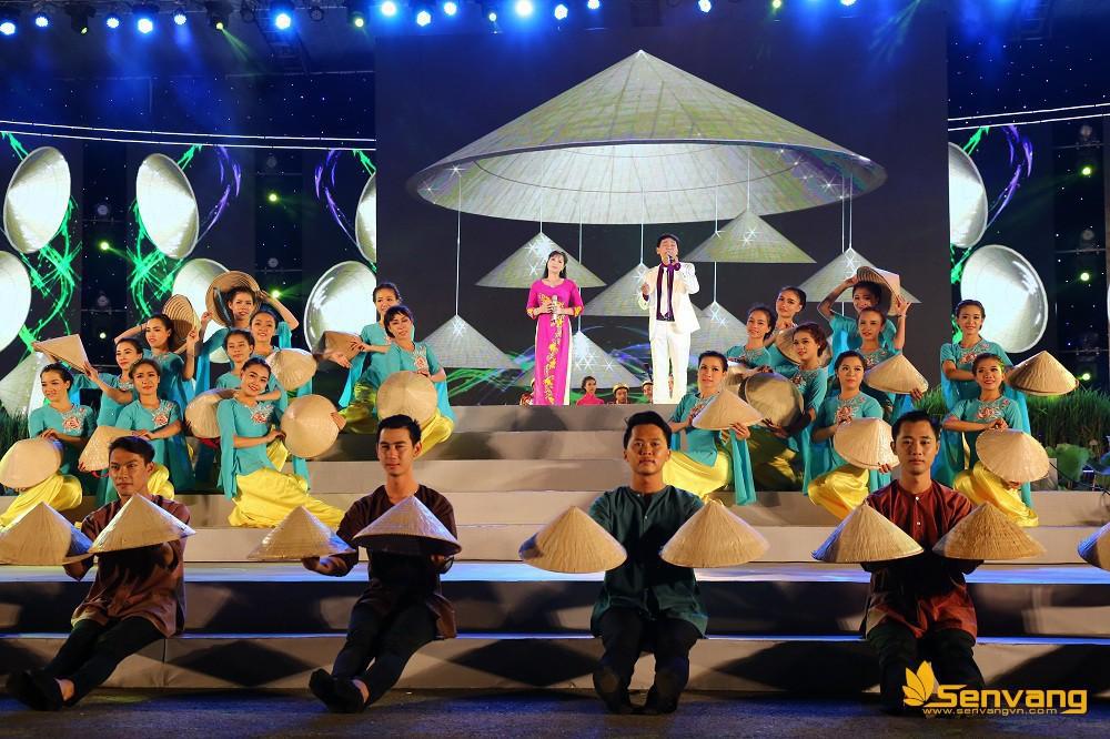 Hai nghệ sĩ Nhơn Hậu và Tấn Giao cùng đưa khán giả Về miền tây (Nhạc: Tô Thanh  Tùng Vọng cổ: Hoàng Song Việt)