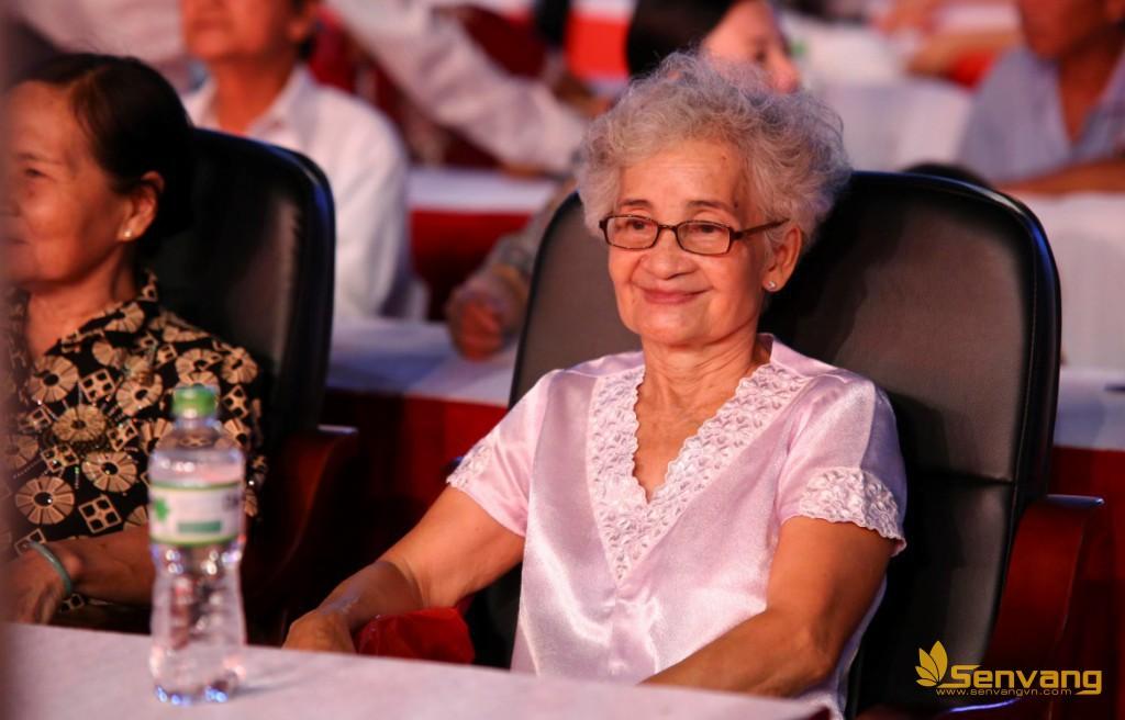 Một khán giả lớn tuổi vui vẻ xem chương trình đang diễn ra