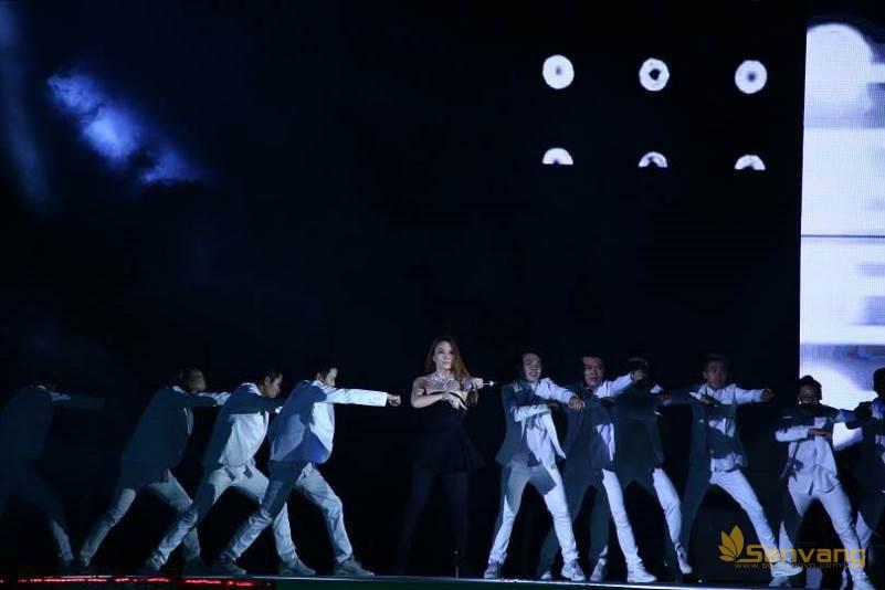 """Ca sĩ Mỹ Tâm và vũ đoàn MTE làm bùng nổ sân khấu với ca khúc """"Trắng đen"""" sôi động"""