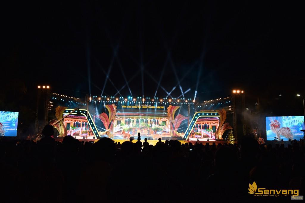 Tiết mục kỷ lục Guiness đôi nam nữ múa lân trên cột cao 7m cùng với phần dàn dựng hoàng tráng của sân khấu