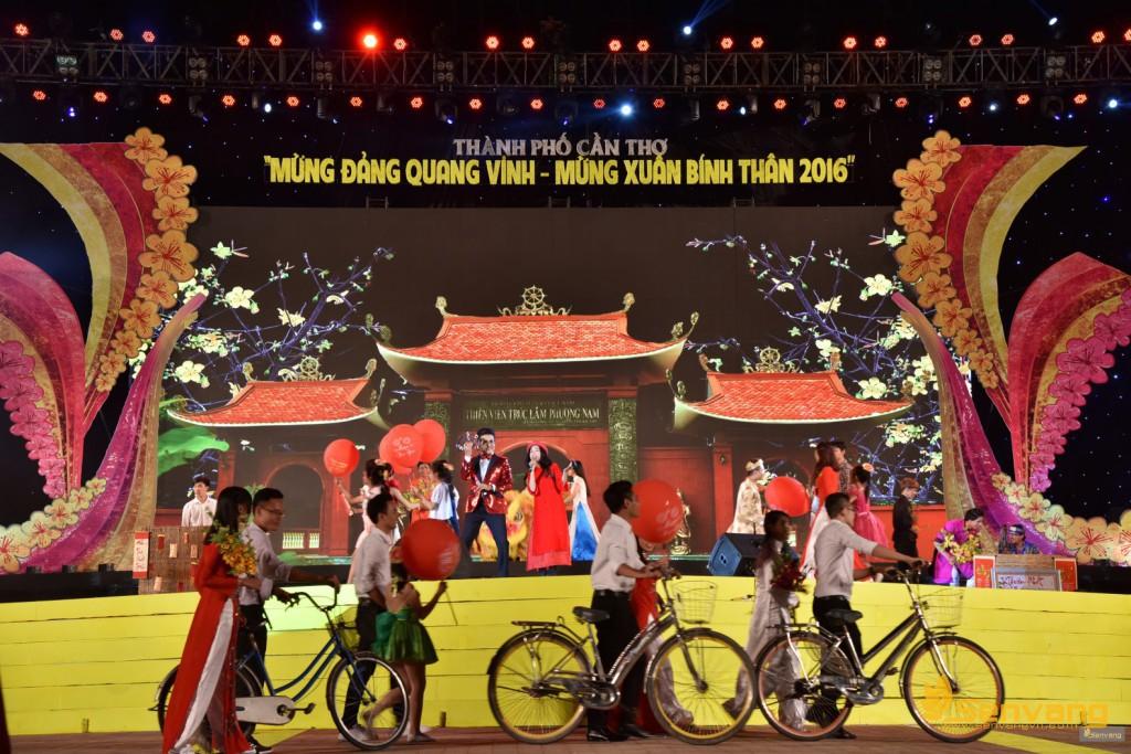 """Rộn ràng sắc xuân với """"Ngày Tết Quê Em"""" – Đoan Trang cùng phần minh họa ngẫu hứng của """"vũ công"""" đặc biệt Thanh Bạch"""