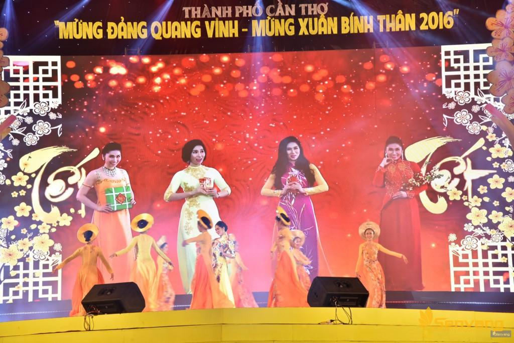 """Ca khúc """"Tết phát tài"""" với phần biểu diễn của Như Huỳnh, độc đáo với phần dàn dựng kết hợp giữa  """"Như Huỳnh"""" trên màn hình led và Như Huỳnh đang biểu diễn trên sân khấu"""