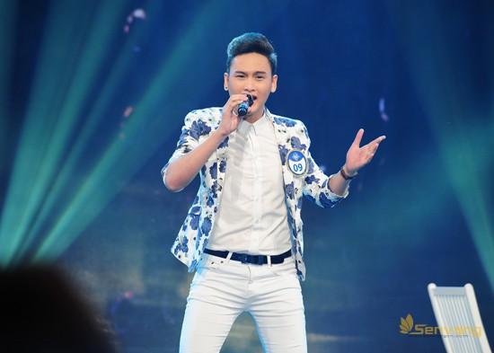 Thí sinh Phạm Văn Lâm (MS 09) thể hiện một phong cách rất riêng trong ca khúc Bóng mây qua thềm