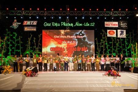Lãnh đạo tỉnh Tiền Giang trao quà cho Hội cựu chiến binh Ấp Bắc.
