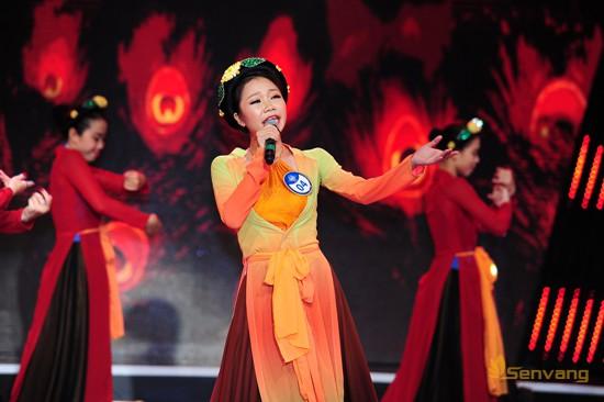 Thí sinh Nguyễn Thị Trinh (MS 04) hóa thị mầu với ca khúc Son