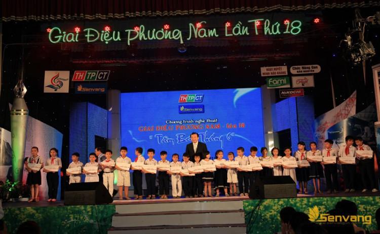 Đại diện công ty bảo hiểm nhân thọ Prudential Việt Nam và nhãn hàng Lio Thái – Sư Tử Thái trao học bổng cho Hội khuyến học quận Ninh Kiều và quận Cái Răng