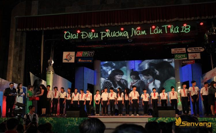 Đại diện công ty bảo hiểm nhân thọ Prudential Việt Nam và nhãn hàng Lio Thái – Sư Tử Thái trao học bổng cho Hội khuyến học quận Ninh Kiều và