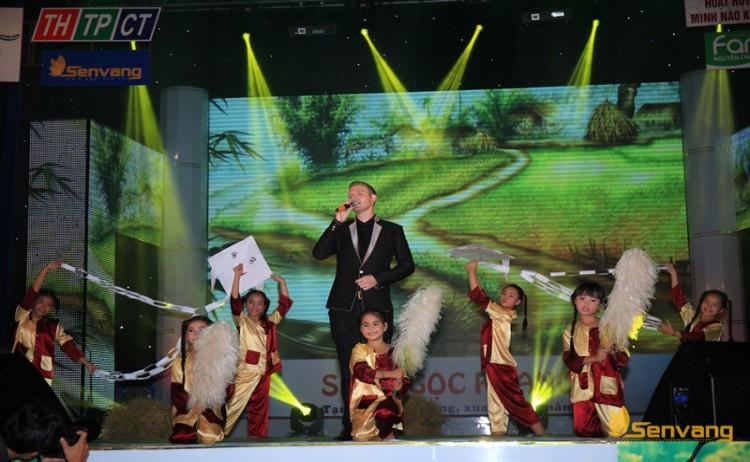 """Ca sĩ người Mỹ Kyo York trình bày bài hát """"Quê hương"""" cùng phần mình họa của nhóm thiếu nhi"""