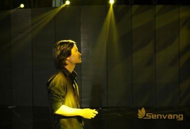 Tổng đạo diễn Hoàng Nhật Nam đang chỉ đạo dàn dựng sân khấu cho đêm bế mạc
