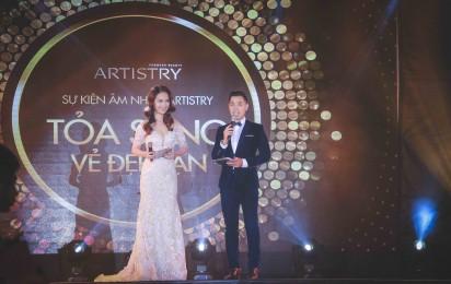 Nữ ca sỹ Ái Phương cùng với MC điển trai Nguyên Khang là MC chính của chương trình.