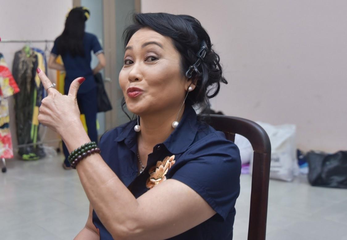 Động tác pose hình duyên dáng và rất trẻ trung của nghệ sĩ Thanh Hằng.