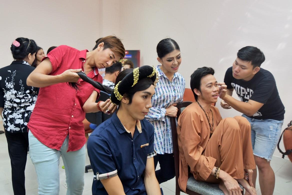 """Sống giản dị và không câu nệ, Hoài Linh với dáng ngồi """"bá đạo"""" đang trang điểm cùng với thí sinh Dương Thanh Vàng."""