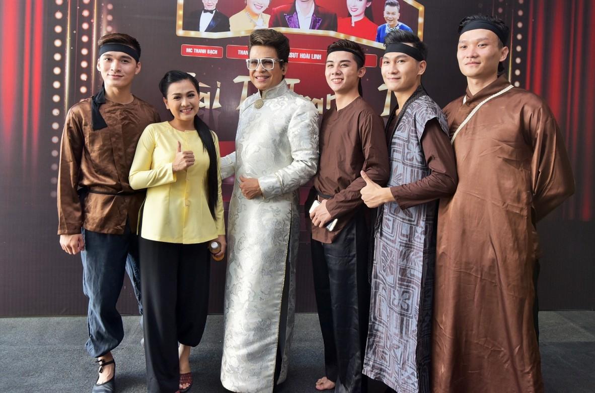 MC Thanh Bạch vô tư tạo dáng cùng Hồng Trang – Hoàng Dững và các diễn viên trợ diễn .