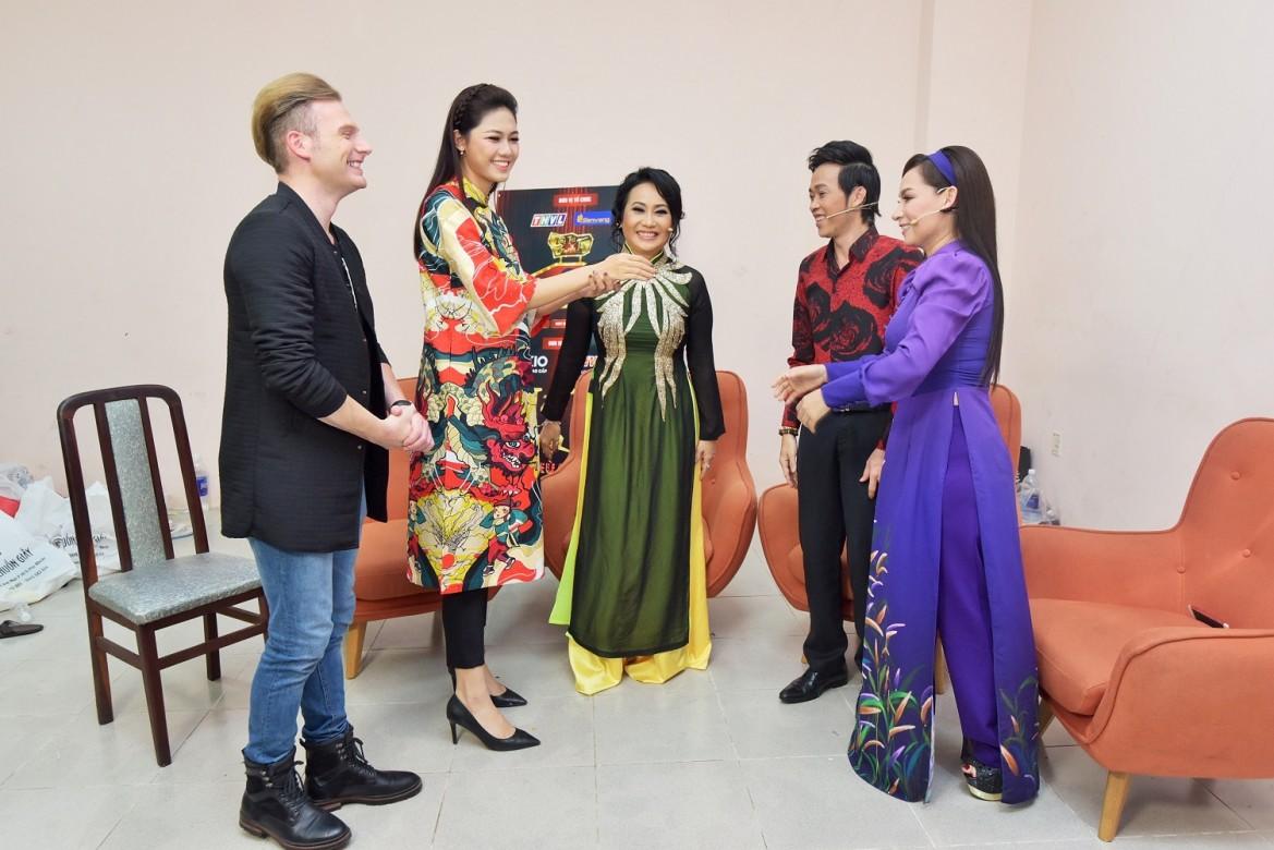 Kyo York và Ngô Thanh Thanh Tú đã có buổi trò chuyện vui vẻ với giám khảo trước khi ghi hình.