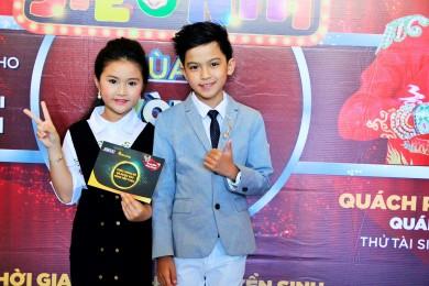 """Ngay khi vừa xuất hiện, Quách Phú Thành nhanh chóng được các fan hâm mộ nhí """"phát hiện"""" và liên tục bị """"bắt cóc"""" lên chụp hình."""