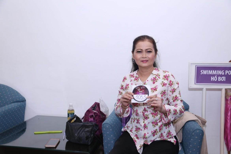 Cô Diệu Hiền, năm nay đã 58 tuổi, lặn lội từ Vĩnh Long đến với cuộc thi để thỏa mãn niềm đam mê âm nhạc.